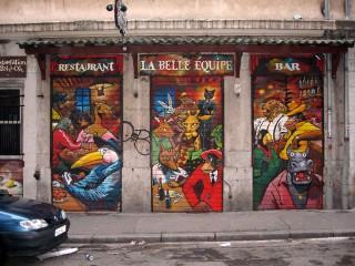 """Fresque réalisé pour le restaurant """"la belle équipe"""". Habillage des volets roulants."""